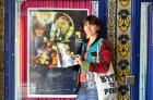 Räuberin vor Festivalposter am Castro Theatre